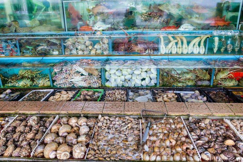 De Vissentanks van de zeevruchtenmarkt in Sai Kung, Hong Kong stock afbeeldingen