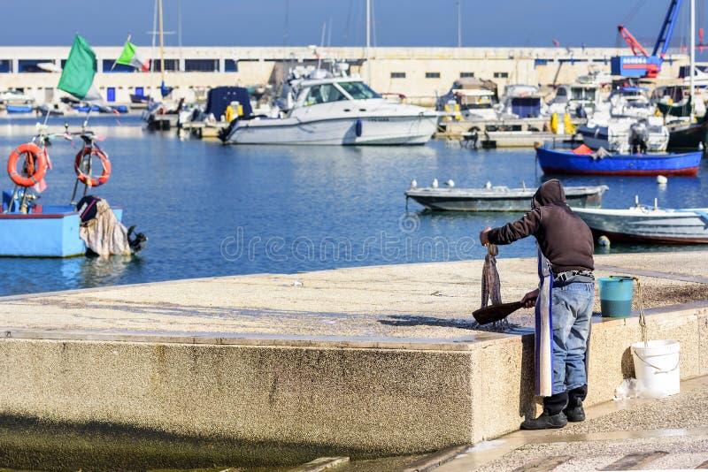 De visser bereidt octopus voor stock fotografie