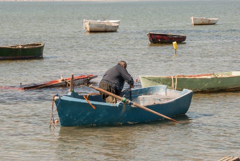 De visser bereidt zijn boot in Mar Menor voor stock foto's