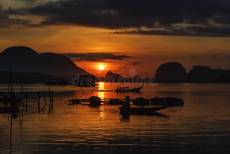 De Visser On Boat Fishing van de silhouetlevensstijl in Gouden Ochtend stock afbeelding