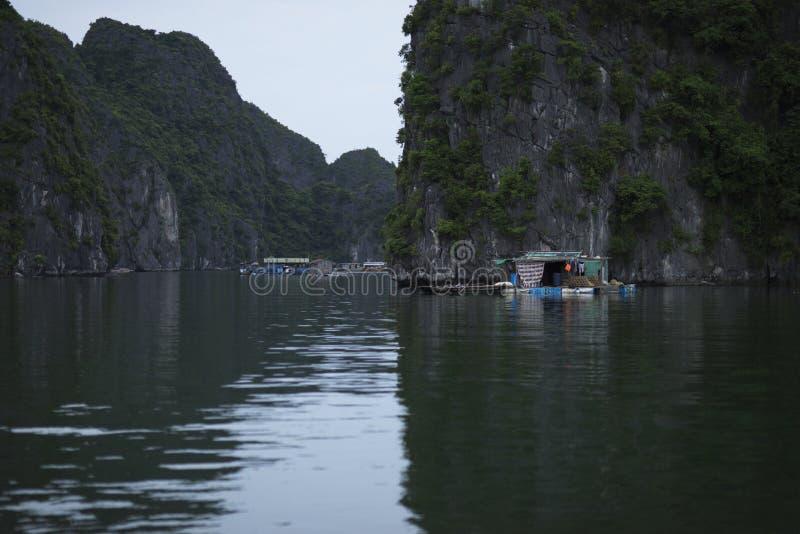 De visser in Ha snakt Baai, Vissenboot en Huisvissers in prachtig landschap van Halong-Baai, Vietnam royalty-vrije stock fotografie