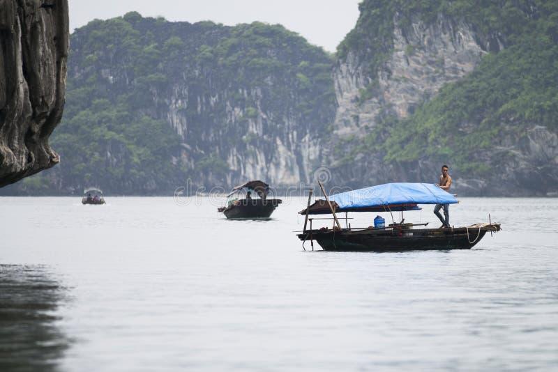 De visser in Ha snakt Baai, Vissenboot in prachtig landschap van Halong-Baai, Vietnam royalty-vrije stock afbeeldingen