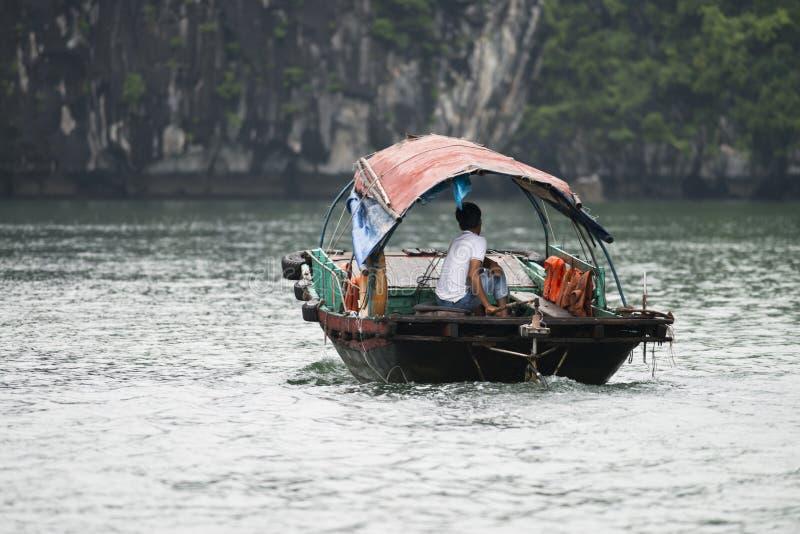 De visser in Ha snakt Baai, snakt de Vissenboot in prachtig landschap van Ha Baai, Vietnam stock foto's