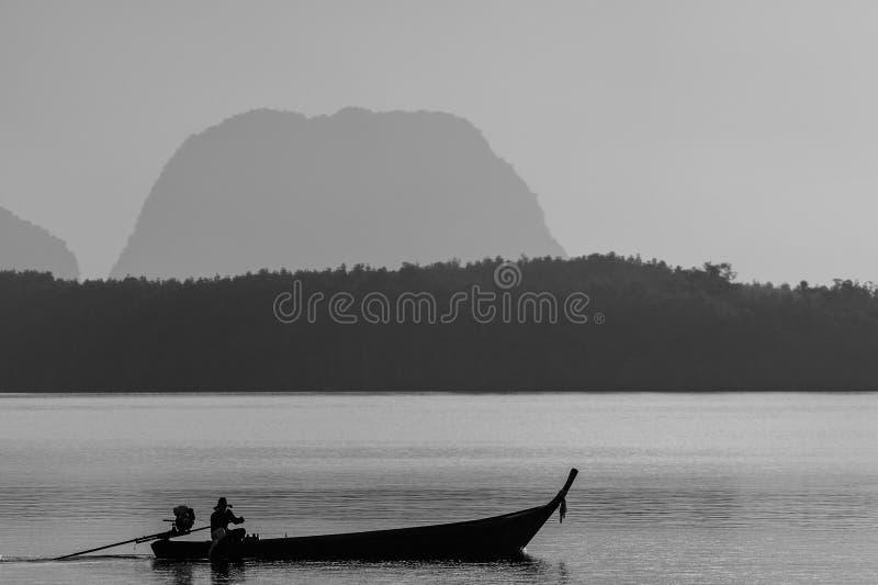 De visser op de lange staartboot royalty-vrije stock foto's