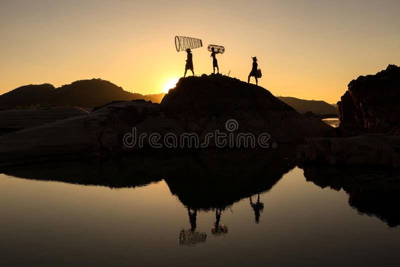 De visser van de silhouetfamilie royalty-vrije stock fotografie