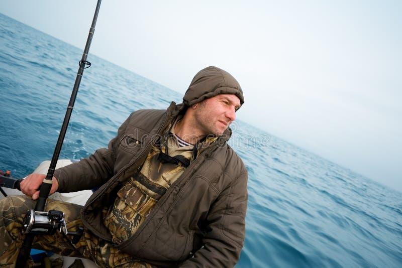 De visser vangt zalm het met een sleeplijn vissen royalty-vrije stock afbeelding