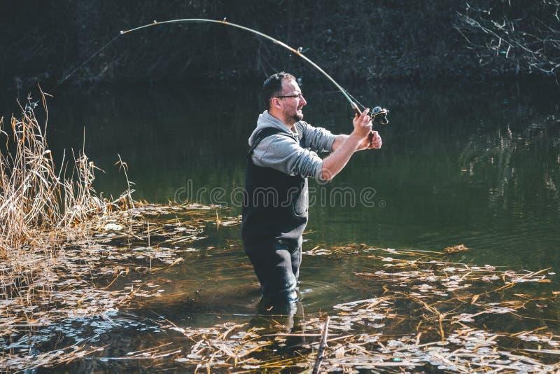 De visser werpt een haak royalty-vrije stock afbeelding