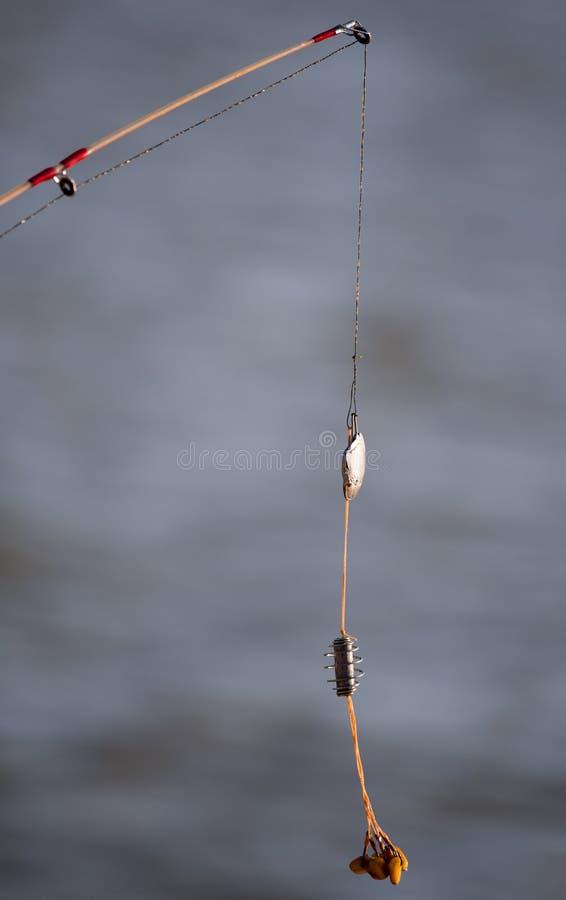 De visser zette op aas op hakenhengels stock fotografie