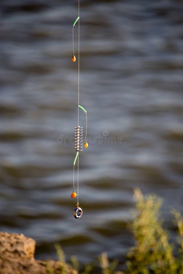 De visser zette op aas op hakenhengels royalty-vrije stock afbeeldingen