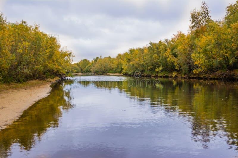 De visserij op het kanaal van de rivier Nadym stock afbeelding