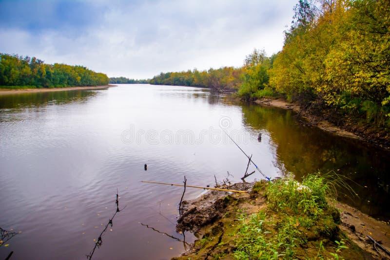 De visserij op het kanaal van de rivier Nadym Yamal stock afbeeldingen