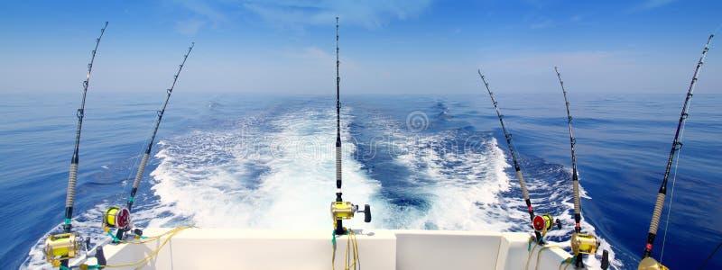 De visserij van de boot het met een sleeplijn vissen panoramische staaf en spoelen royalty-vrije stock fotografie
