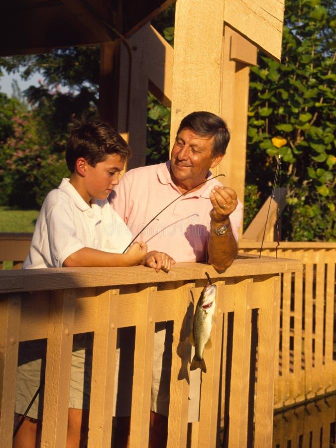 De Visserij van de jongen en van de Grootvader stock foto's