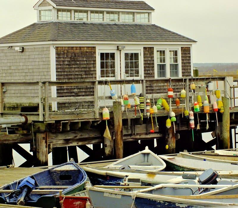 De visserij van dok met kleurrijke boeien stock afbeelding