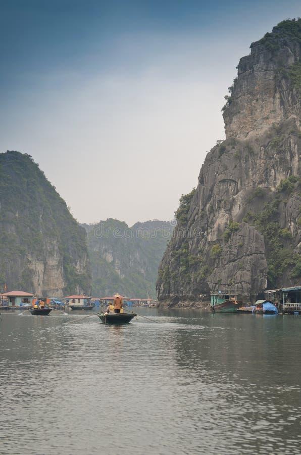De visserij van dorp in Halong-Baai royalty-vrije stock afbeelding