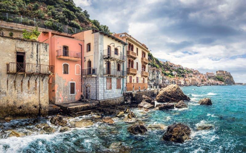 De visserij van dorp met verlaten huizen in Italië, Scilla, Calabrië stock afbeelding