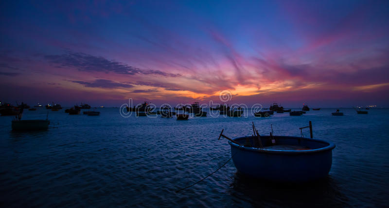 De visserij van manden bij zonsondergang stock foto