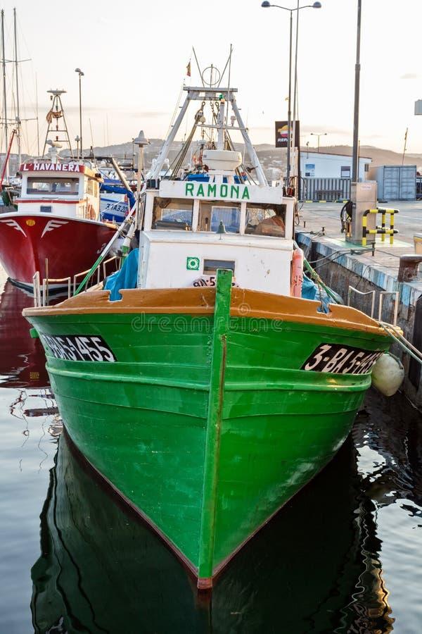De visserij van motorboot op de haven in Palamos-baai van Spanje stock afbeeldingen