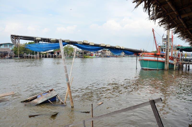 De visserij van Schip op kanaalstroom aan het overzees bij Klap Khun Thian Bangkok Thailand stock foto