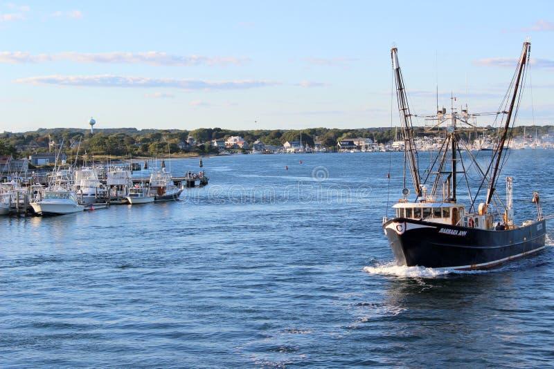 De visserij van treiler die voor de dag, 15 September, 2012, Galillee, Rhode Island uitgaan stock afbeeldingen