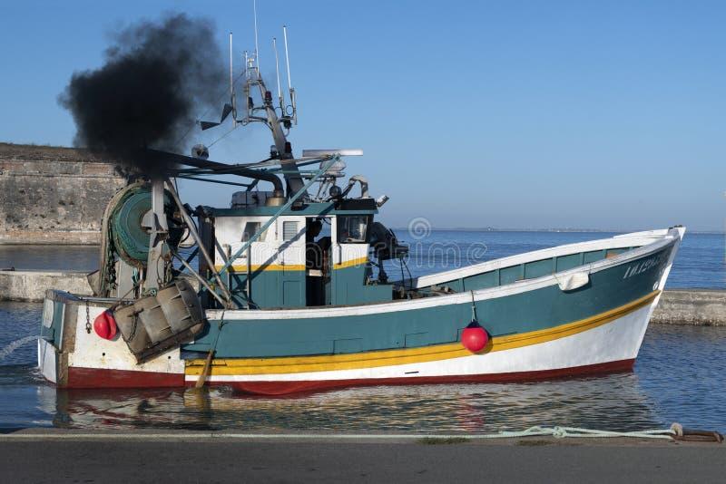 De visserij van treiler verlaat de haven van château-D 'Oléron stock fotografie