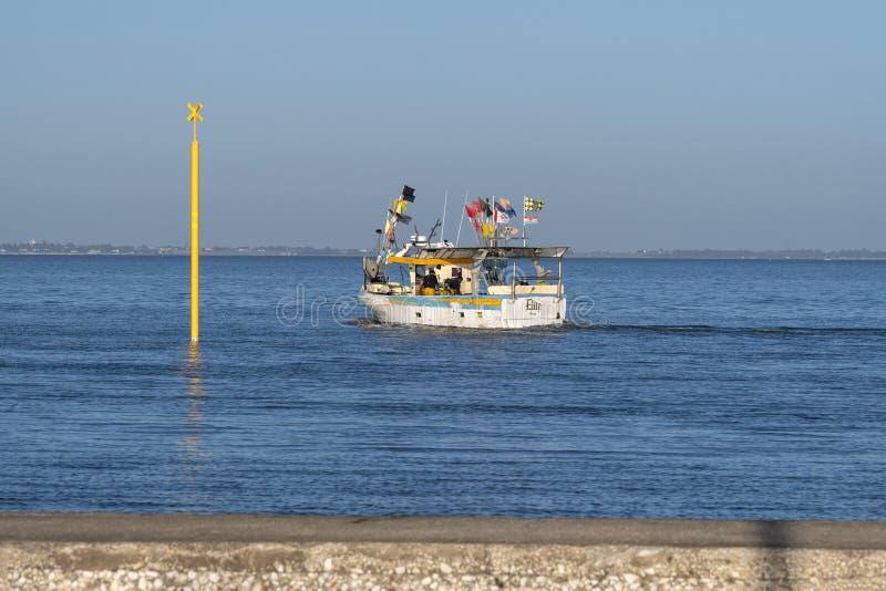 De visserij van treiler verlaat de haven van château-D Oléron stock fotografie