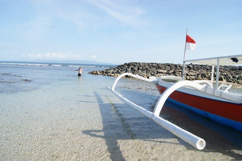 De visserij van Trimaran in Bali, Indonesië stock foto's