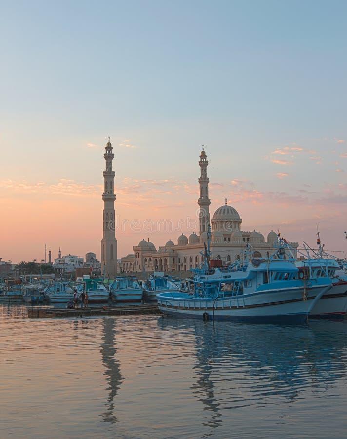 De visserijjachthaven en moskee van Hurgadaegypte bij schemer stock foto's