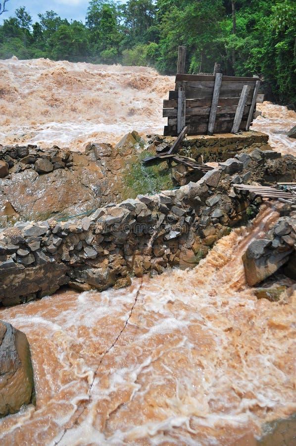 De visserijreeks in Khone Phapheng valt op de Mekong Rivier in Laos tijdens de Moesson overstroming stock afbeeldingen