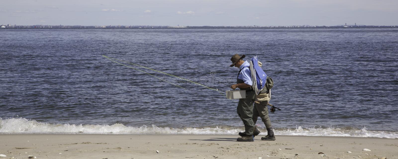 De vissers lopen langs Strand - Panorama stock foto's
