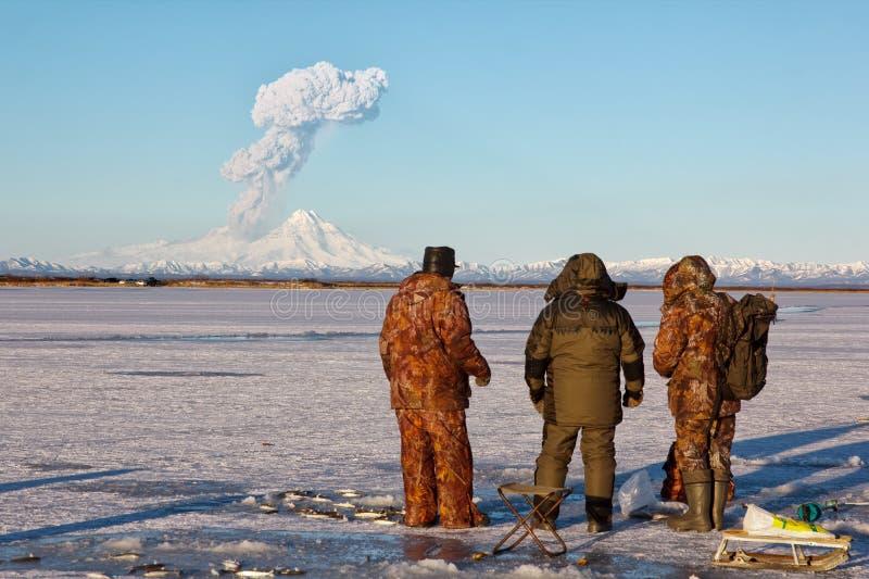 De vissers nemen de uitbarsting van de vulkaan Sheveluch waar royalty-vrije stock fotografie