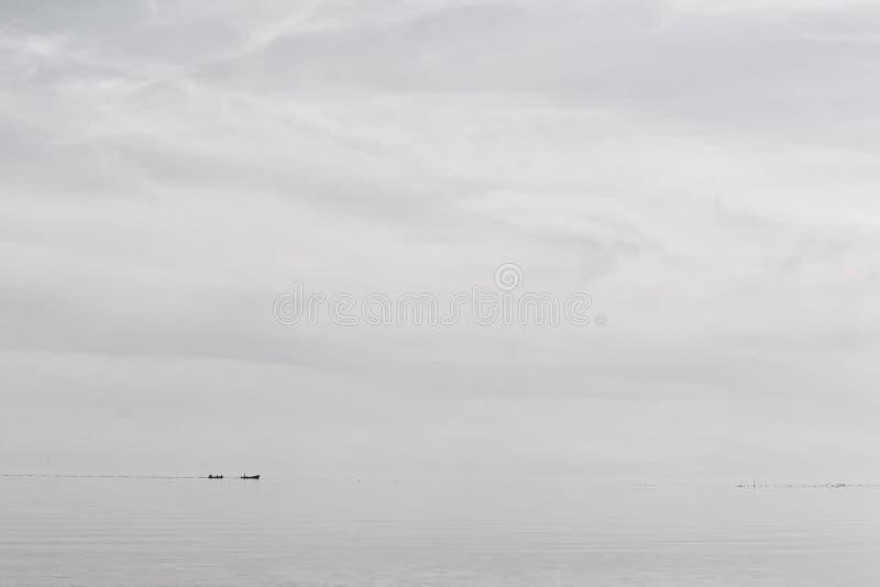 De vissers op boten gaan naar netwerken stock afbeeldingen