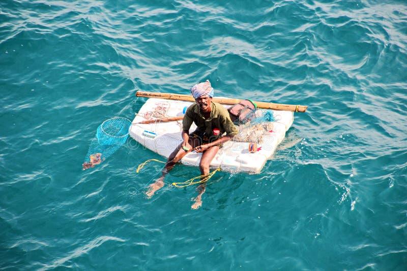 De vissers zijn bezig geweest met visserij op geïmproviseerde drijvende vlotten in de haven van Tuticorin, India royalty-vrije stock foto