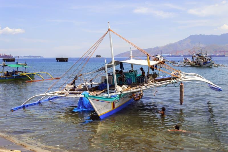 De Vissersboot en de Kinderen van Filippijnen stock foto's