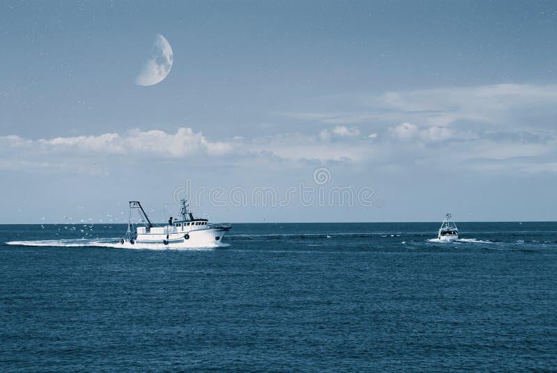 De vissersboot gaat de haven in royalty-vrije stock foto's