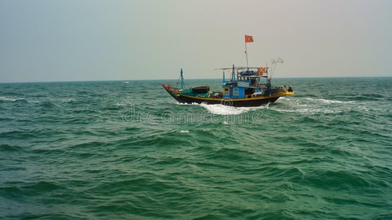 De vissersboot gaat naar de visserij Vietnam Hoi An, Da Nangcu Lao Cham royalty-vrije stock foto