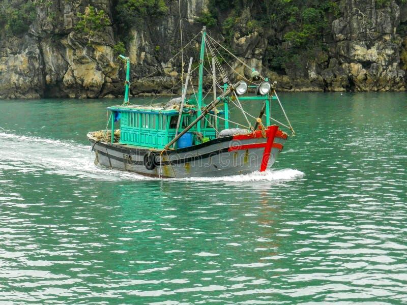 De vissersboot op Ha snakt Baai, Vietnam royalty-vrije stock fotografie