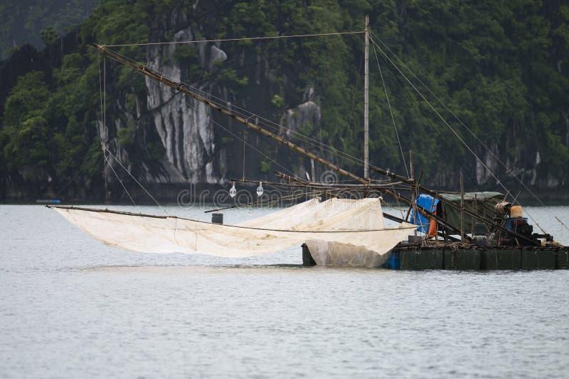 De vissersboot in prachtig landschap van Ha snakt Baai, Vietnam stock afbeeldingen