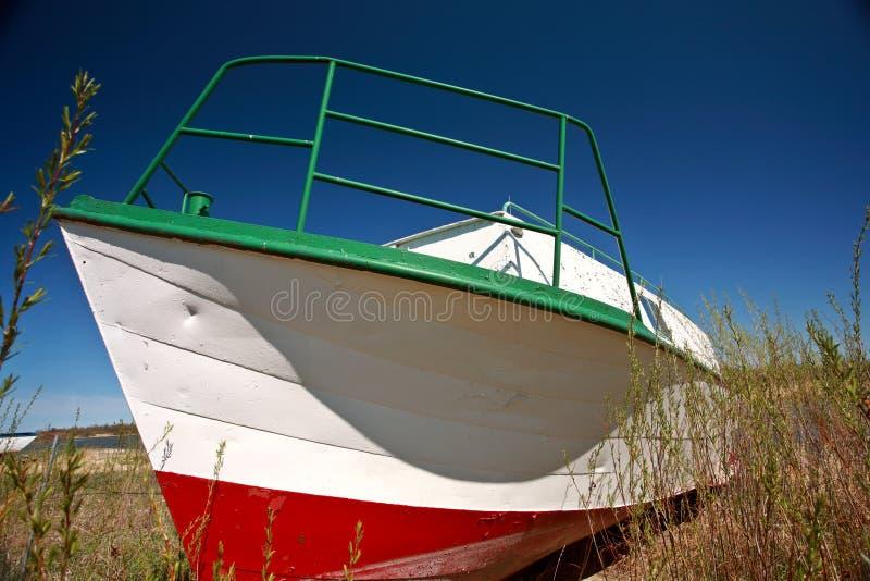 De vissersboot van Beached dichtbij Riverton Manitoba stock afbeeldingen