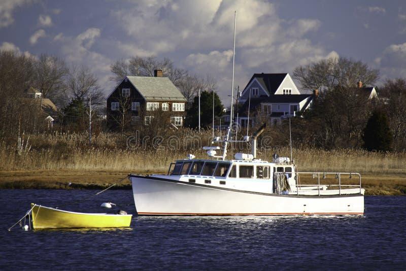 De Vissersboot van New England, Dory, Huizen stock foto's