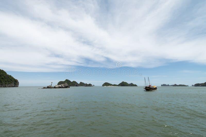 De vissersboten in Ha snakken Baai, VietnamHalong-baaikarst landforms in het overzees, Unesco-de Plaatsreis van de Werelderfenis  royalty-vrije stock fotografie