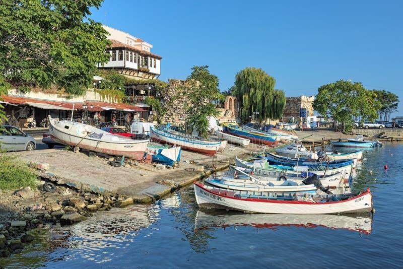 De vissersboten legden in jachthaven in de Oude Stad van Nessebar, Bulgarije aan royalty-vrije stock foto