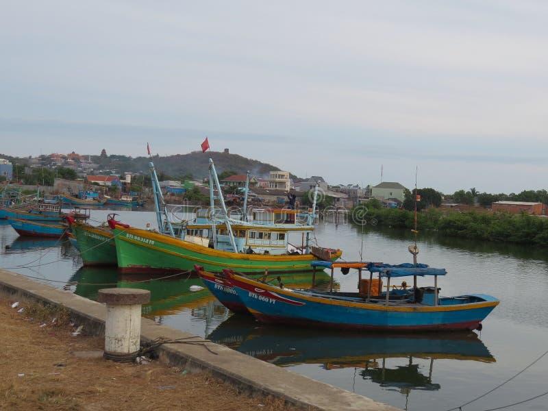 De vissersboten legden op de Ca Tai rivier in Phan Thiet, Vietnam vast royalty-vrije stock foto's