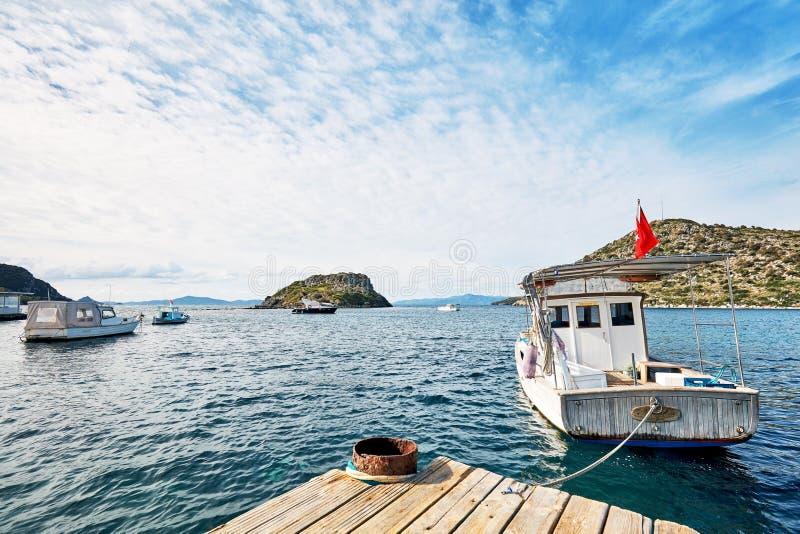 De vissersboten verankerden in de haven over het overzees in Gumusluk-baai, Bodrum, Mugla, Turkije royalty-vrije stock afbeelding