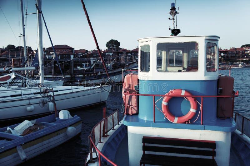 De vissersboten worden vastgelegd in haven royalty-vrije stock afbeelding