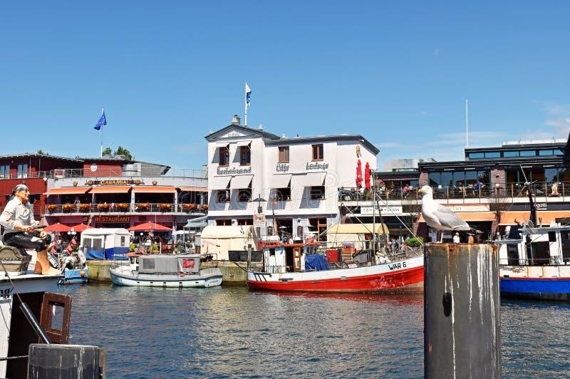 De vissershaven ` verandert Strom ` in de Oostzeetoevlucht Warnemà ¼ nde royalty-vrije stock afbeelding