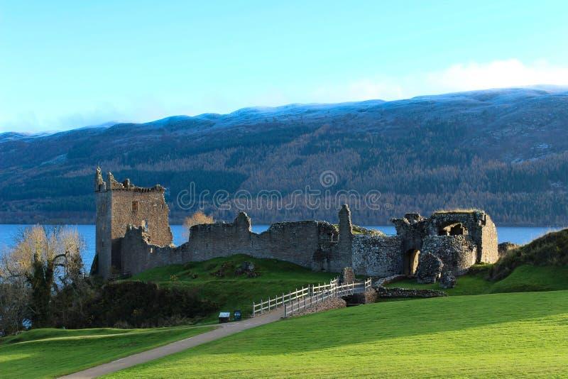 De vista completa do castelo de Urquhart imagens de stock royalty free