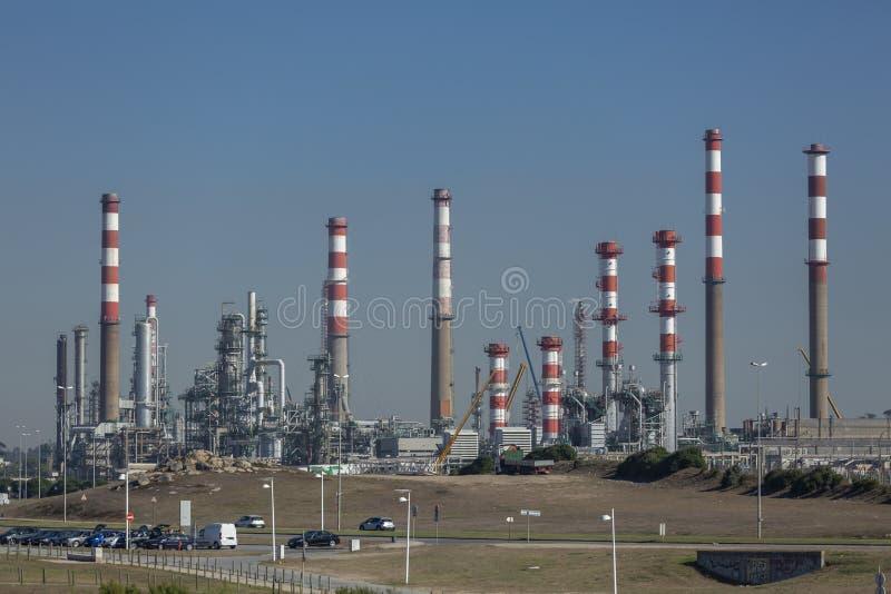 De vista completa no complexo industrial da refinaria de petróleo, com construções, equipamento e maquinaria, fundo do céu azul,  fotos de stock royalty free
