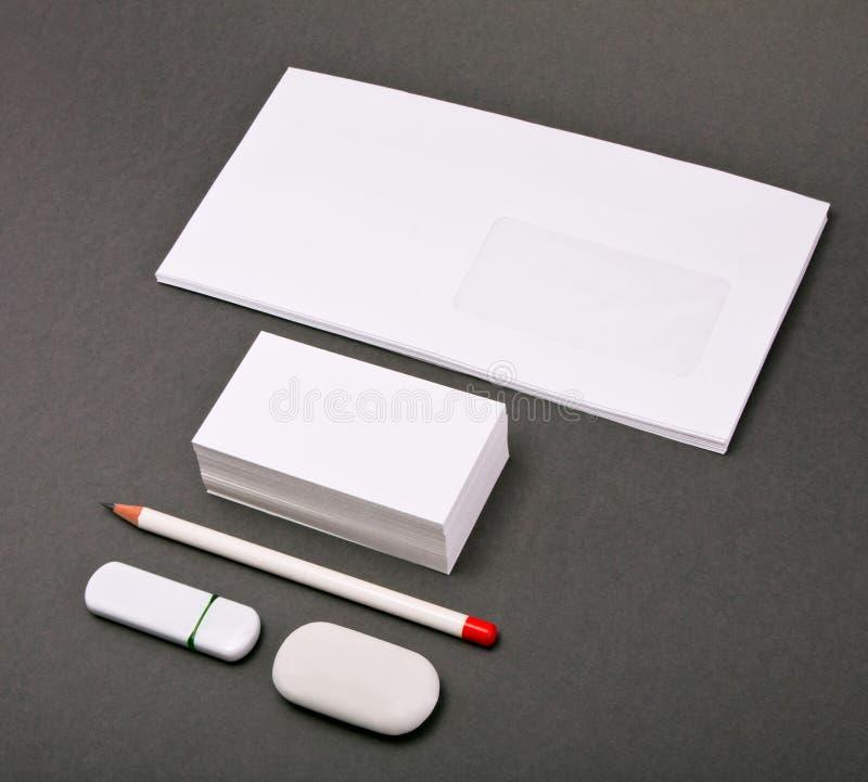 De vita beståndsdelarna av den företags identiteten på en grå bakgrund royaltyfria foton