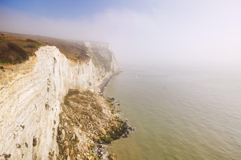 De vita klipporna av Dover på en dimmig morgon fotografering för bildbyråer